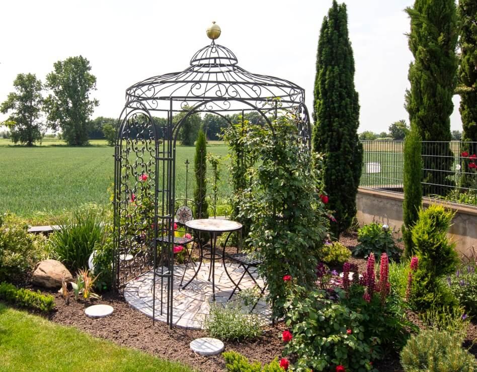 Kleiner Rosenpavillon im schön angelegten Garten