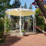 Gartenpavillon Florenz mit Messingkugel und Sonnensegel, pulverbeschichtet in Sonderfarbe Weiß