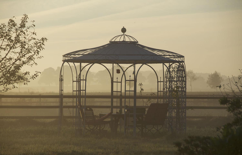 Pavillon Florenz mit Sonnensegel, Messingkugel und Rankgitter Rosa, pulverbeschichtet anthrazit