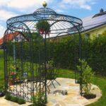 Gartenpavillon Milano mit Messingkugel und Rankgitter Rosa, pulverbeschichtet in Sonderfarbe schwarz