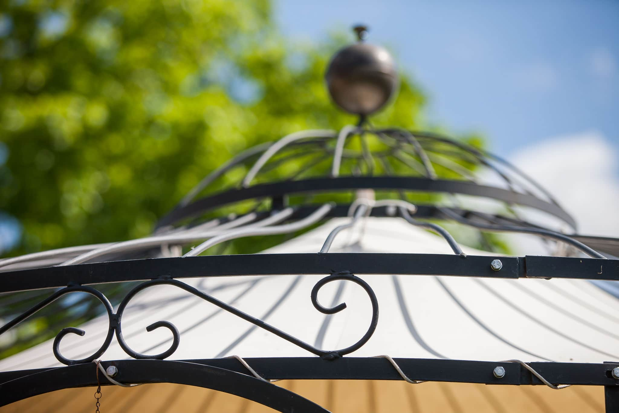 Gartenpavillon Milano mit Sonnensegel, Detailansicht Dachfächer und Kuppel, pulverbeschichtet