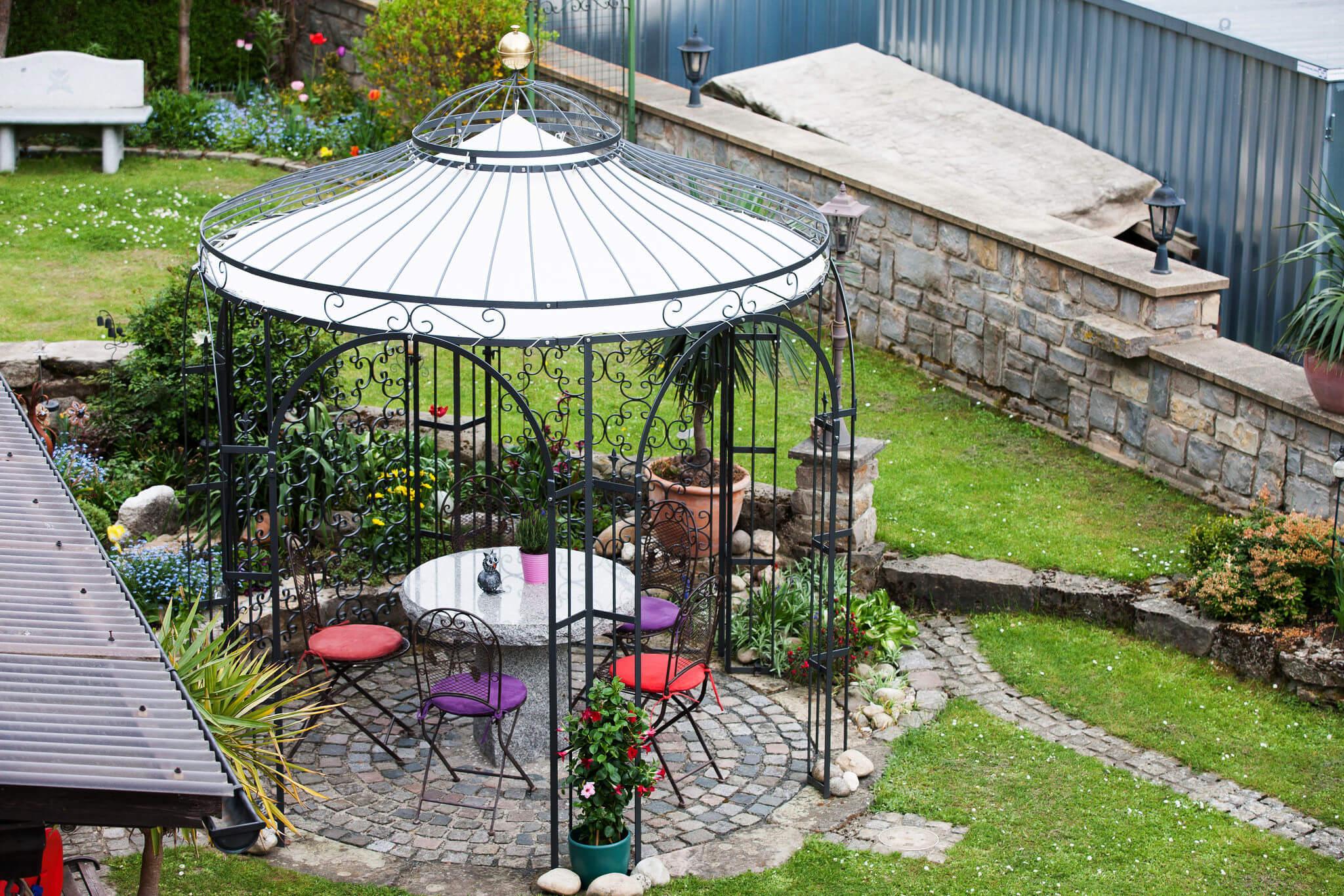 Gartenpavillon Milano mit Messingkugel, Sonnensegel und Rankgitter Rosa, pulverbeschichtet