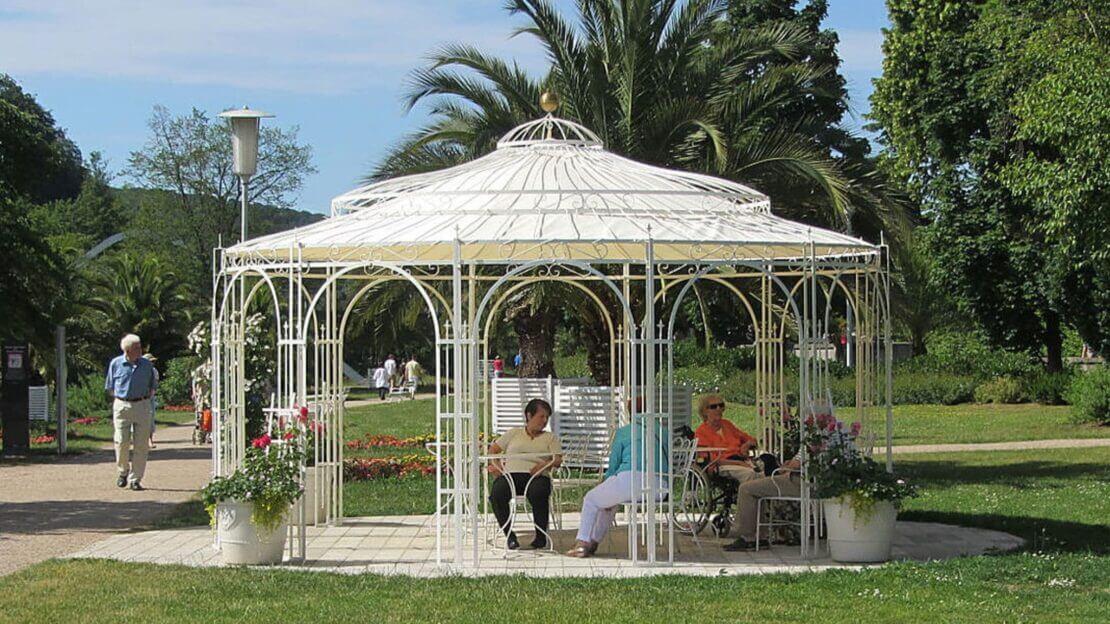 Gartenpavillon Toskana mit Sonnensegel, pulverbeschichtet in Sonderfarbe Weiß. Wir empfehlen das Sonnensegel am unteren Ring zu befestigen.