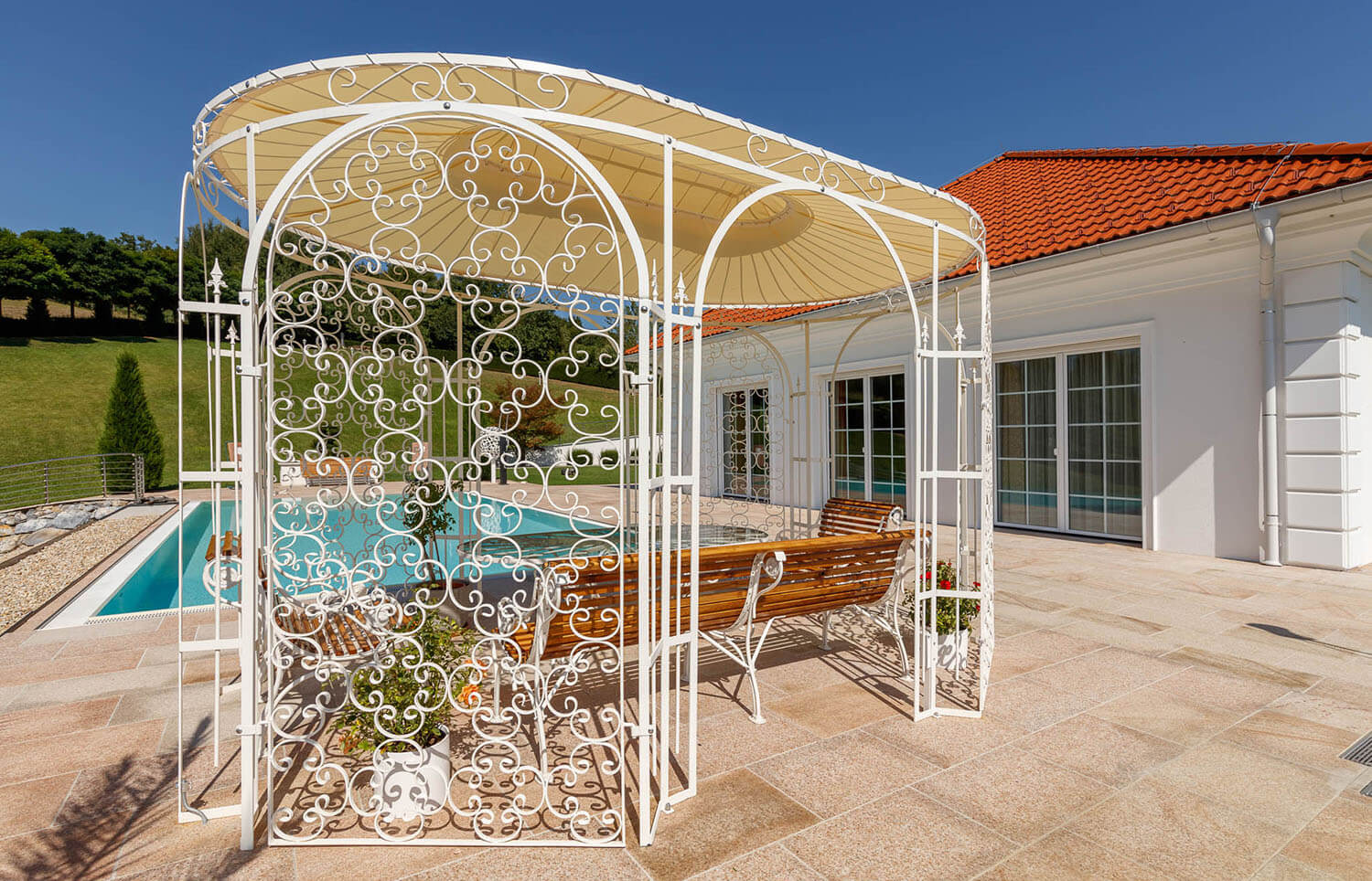 Gartenpavillon Verona mit Sonnensegel und Rankgitter Rosa, pulverbeschichtet in Sonderfarbe Weiß. Wir empfehlen das Sonnensegel am unteren Ring zu befestigen.