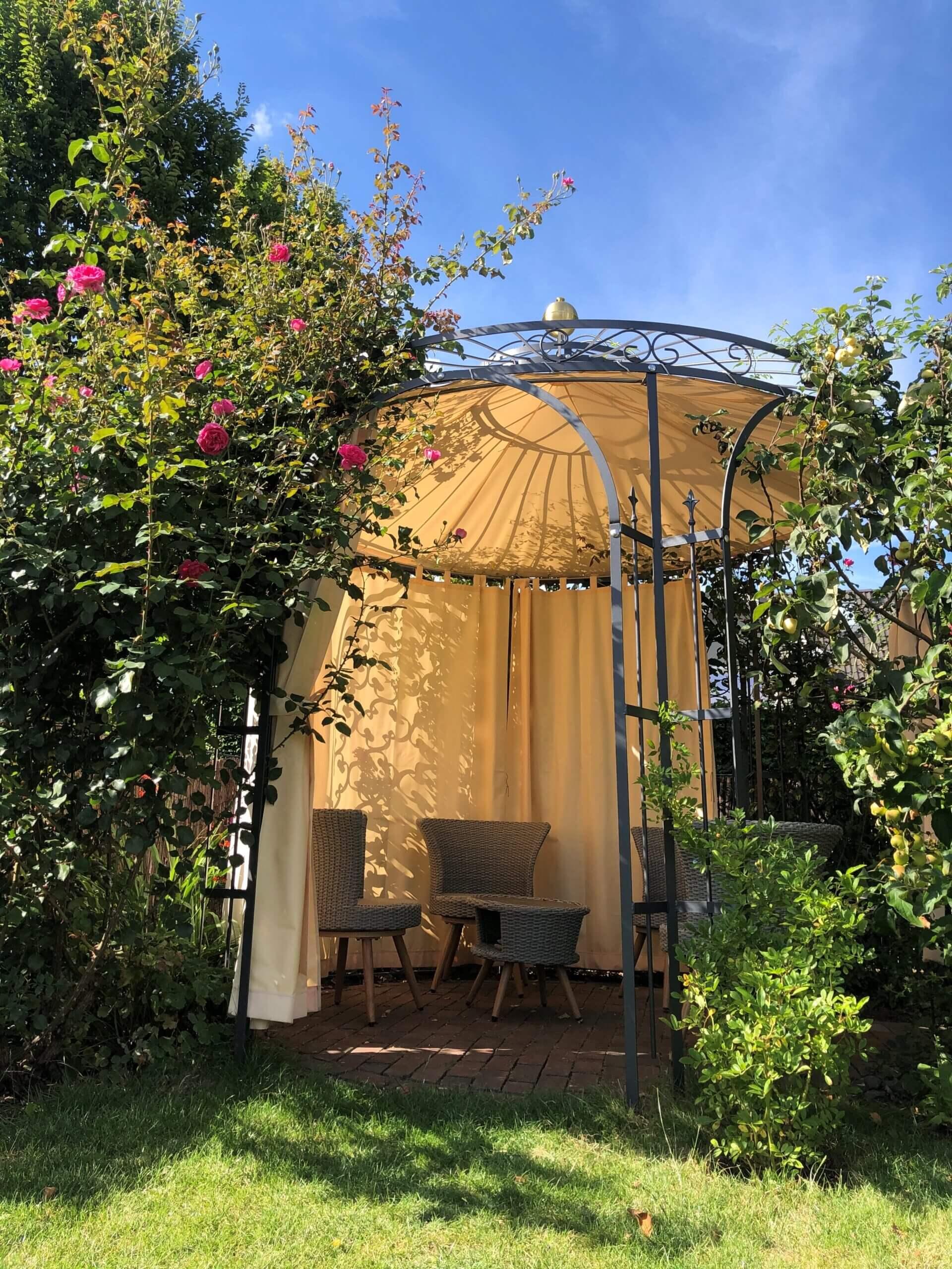 Pavillon Milano pulverbeschichtet mit Vorhängen, Messingkugel und Sonnensegel