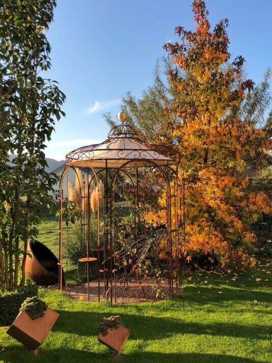 Gartenpavillon Siena unbeschichtet mit Messingkugel und Sonnensegel